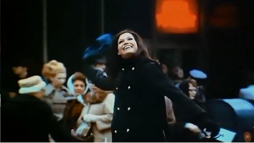 mary-tyler-moore-throws-her-hat